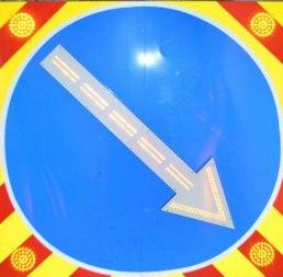 Светодиодный дорожный знак 4.2.1 (4.2.2) на щите (900х900), 4 стробоскопа поворотная стрелка - Фото 1