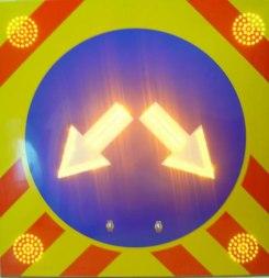 Светодиодный дорожных знак 4.2.3 на щите 900х900, 4 стробоскопа - Фото 1
