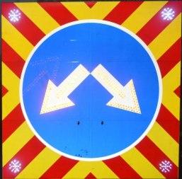 Светодиодный дорожный знак 4.2.1 (4.2.2, 4.2.3), на щите (1500х1500), 4 стробоскопа, с переключением режимов - Фото 1