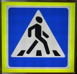 Дорожный знак с подсветкой «Пешеходный переход», 900х900, флуорисцентный кант - Фото 1