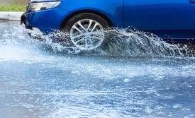 Как управлять автомобилем на скользкой и мокрой дороге?