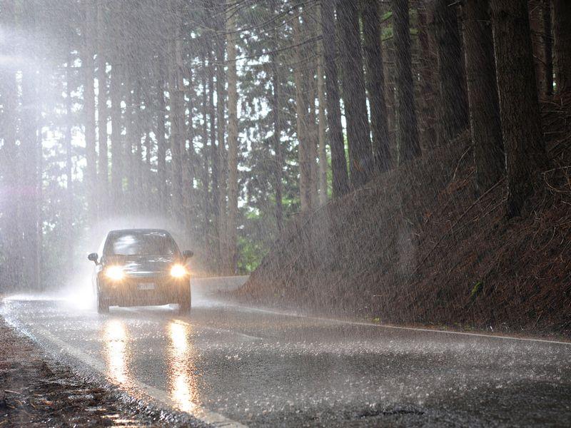 выбрать картинка машина едет в дождь только начать
