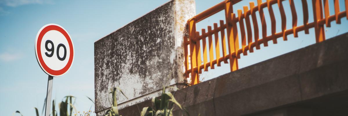 Запрещающий дорожный знак у моста