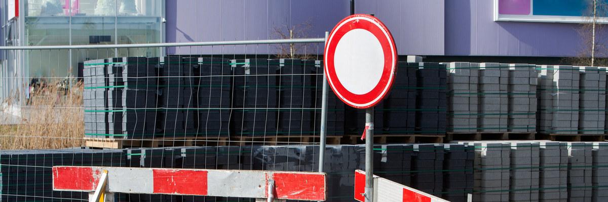 Знак ограничения движения на перекрытой дороге